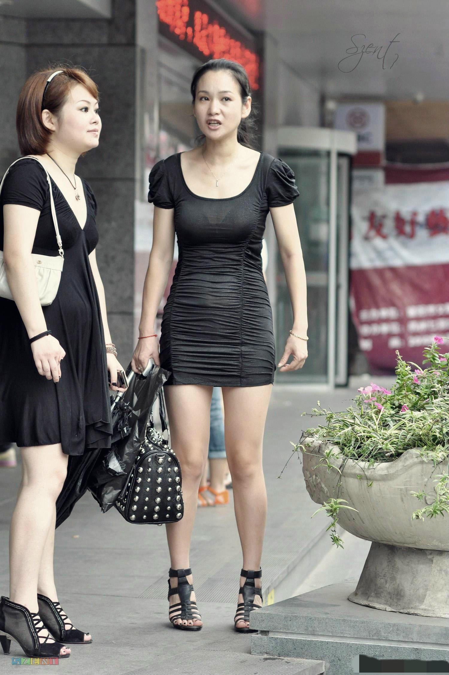 b小短裙街拍图片街拍包臀裙美女街拍包臀小短裙美女  竖