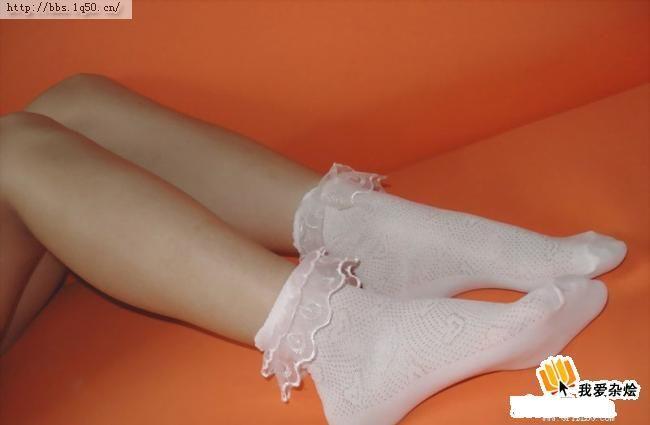要剁下来的美女白袜脚>的照片
