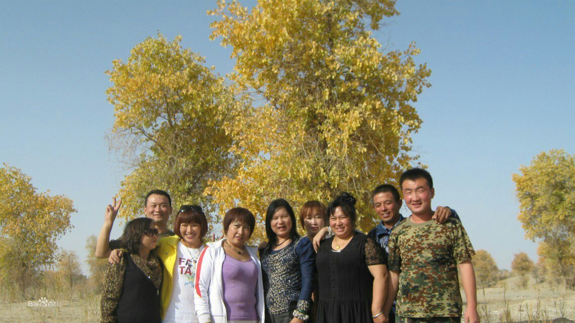 和田市和谐群在千年胡杨林聚会