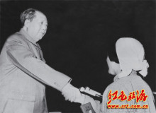 在中共九大会议上,毛主席亲切接见吕玉兰