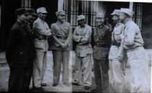 (左四)何应钦芷江受降仪式后与将领交谈