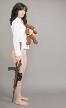 使用M1卡宾枪的女郎