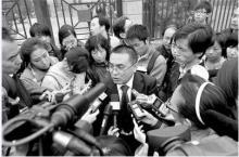 方舟子的代理律师接受记者采访