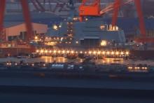 瓦良格航母改造夜景