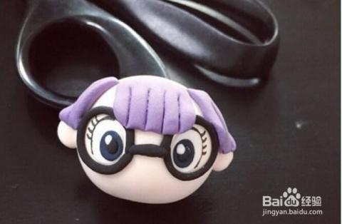 首先用黏土做一个阿拉蕾的脸,然后是用紫色黏土做刘海,阿拉蕾的眼睛框图片