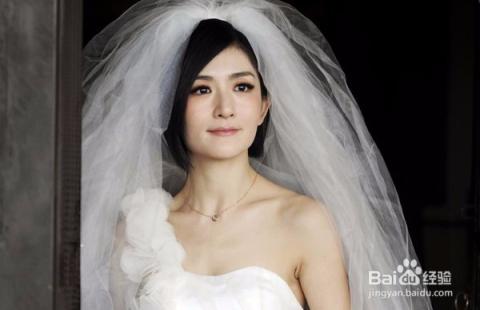 喜欢厚头纱的新娘可以尝试多层次的长头纱,戴头上一样很个性漂亮图片