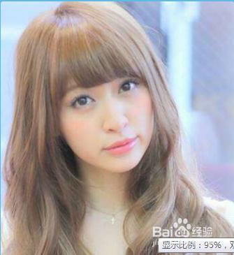 十分甜美的一款齐刘海中长卷发发型,可爱的胖圆脸与大眼睛的完美搭配.图片