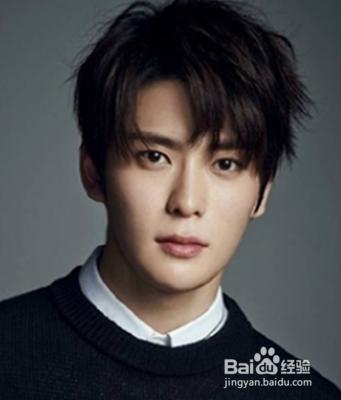 比较俊秀的一款韩式男生发型,自然清新的刘海设计巧妙的起到了修颜图片