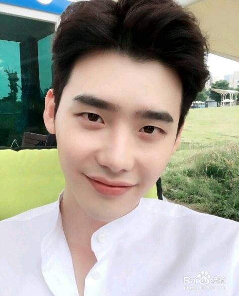 韩国欧巴李钟硕的这块发型,适合小脸型的男生,给人一种清新脱俗的感觉