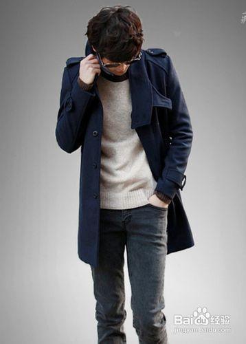 中长款双面呢子大衣,巧妙搭配上牛仔裤,休闲运动鞋,整体效果休闲而又图片