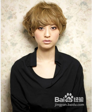性感妩媚的微卷短发发型,亚麻棕的颜色很惊艳,很修饰脸型的发型.图片