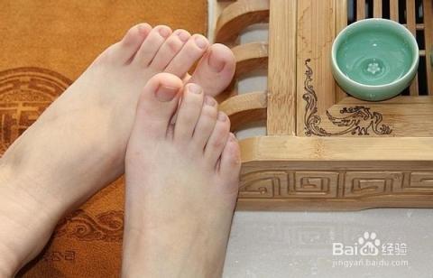 水中放适量盐和数片姜,加热至沸,不烫时洗脚,并搓洗数分钟,不仅除脚臭
