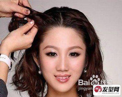 步骤1:长脸mm最适合这款韩式盘发发型了,首先将中长短发中分,在右边额图片