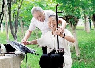 老年人拉二胡有益健康长寿图片
