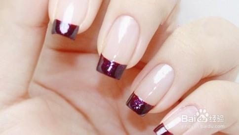 美甲前最基础的工作;底油干后,用紫色指甲油在指甲前端画出一道法式线图片