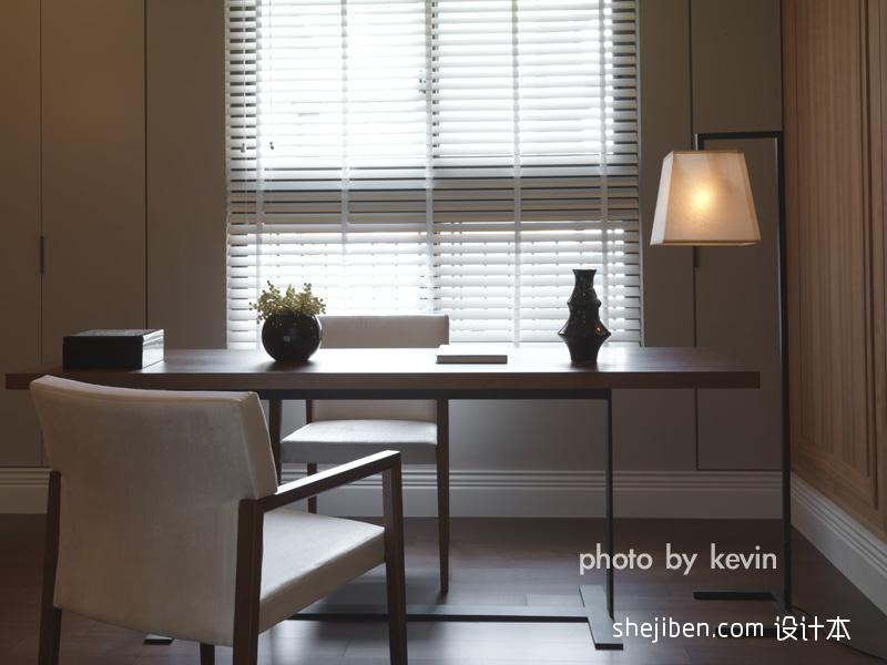 2013现代风格别墅时尚家居临窗书房书桌椅子书柜装修效果图高清图片