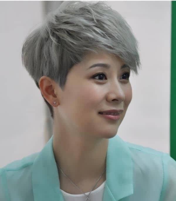 女星奶奶灰发型照:李宇春显干练,杨幂很魔幻,刘诗诗苍老,她吓人.图片