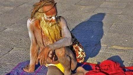 揭秘尼泊尔苦行僧真实生活,吸大麻涂骨灰