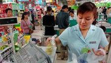 女顾客超市丢失钱包与收银员冲突 被保安刺伤