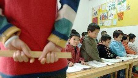 幼儿园外教打孩子遭开除