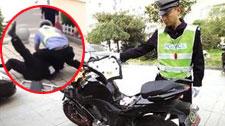 实拍男子骑摩托拒检