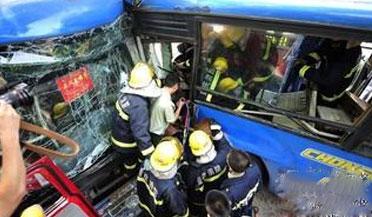 天津两辆公交车斗气当街互撞