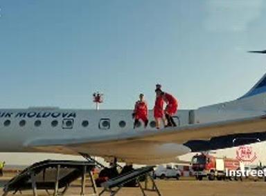 飞机机翼上疯狂扣篮秀