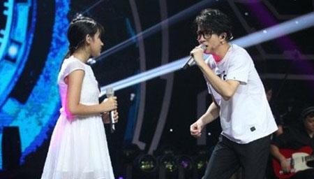 薛之谦与小姑娘合唱《时间煮雨》被小姑娘的嗓音征服