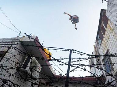 """熊孩子18楼天台上玩真人版""""跳一跳"""""""