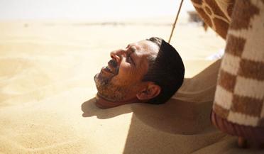惬意!埃及人热衷沙漠日光浴