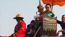 泰国女富婆骑象撒钞票
