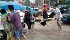 四川小学生暴雨扶老人过马路 被积水冲倒身亡