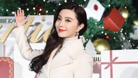 范冰冰全白LOOK为圣诞亮灯红唇诱人 甜笑如少女
