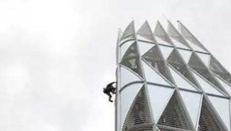男子徒手攀爬187米高楼