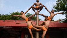 逆天钢管舞如家常便饭 印度鲜肉男个个怀绝技