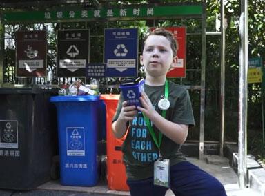 假笑男孩挑战垃圾分类