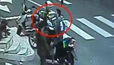 实拍株洲街头一嚣张男子手持砍刀当街殴打7旬老人