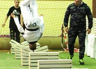 跆拳道高手25秒内 用头击碎90块混凝土板破纪录