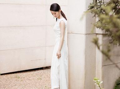 赵丽颖复工了!一身白色长裙优雅亮相
