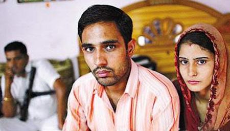 印度年轻小夫妻秘密结婚 惨遭村民扒光暴打