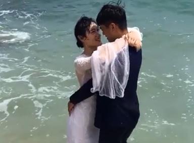 情侣海边拍婚纱照秀恩爱