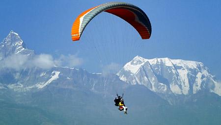 高难度滑翔伞飞行低空穿越桥洞