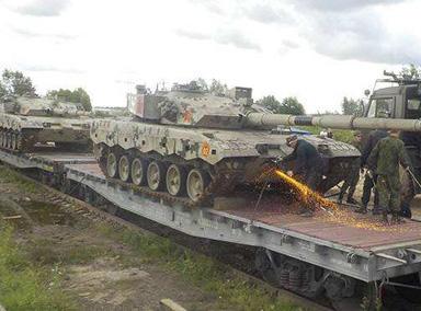 实拍解放军携坦克抵俄