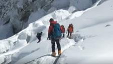喜马拉雅山脉突发雪崩