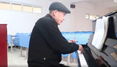 6旬楼管大爷自学钢琴 弹唱《绣金匾》