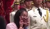 傅园慧见中国三军仪仗队搞怪 兵哥哥纹丝不动