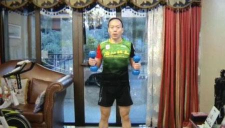 男子在自家客厅慢跑100公里