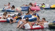 上千美国人河上聚会    竟被大风吹到加拿大!