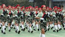 杭州小学开学重温抗战历史 70位小军人持枪走正步