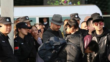 何炅和汪涵夫妇罕见同现身 遭众人围观显无奈